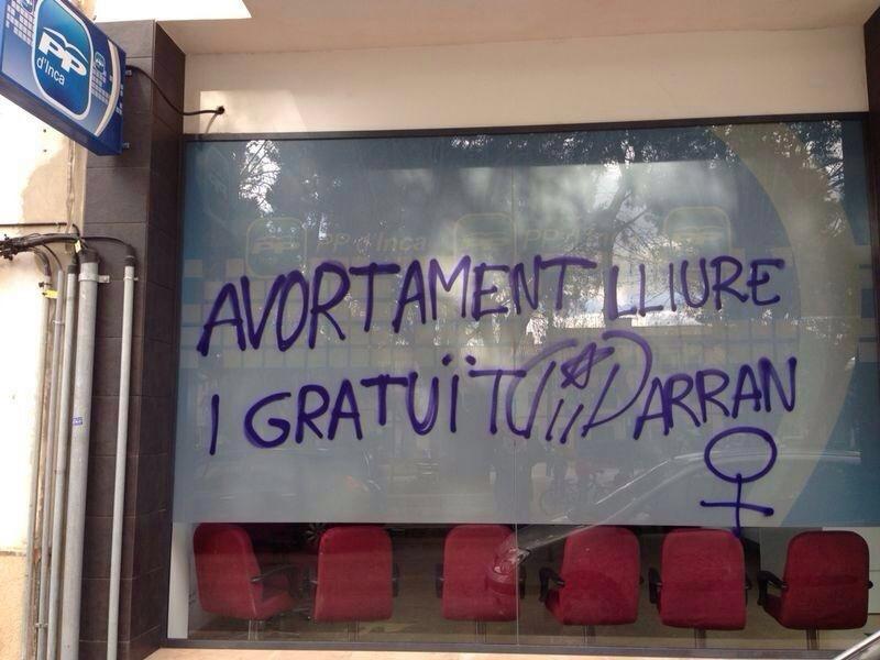 La sede del PP de Inca amanece con pintadas a favor del aborto