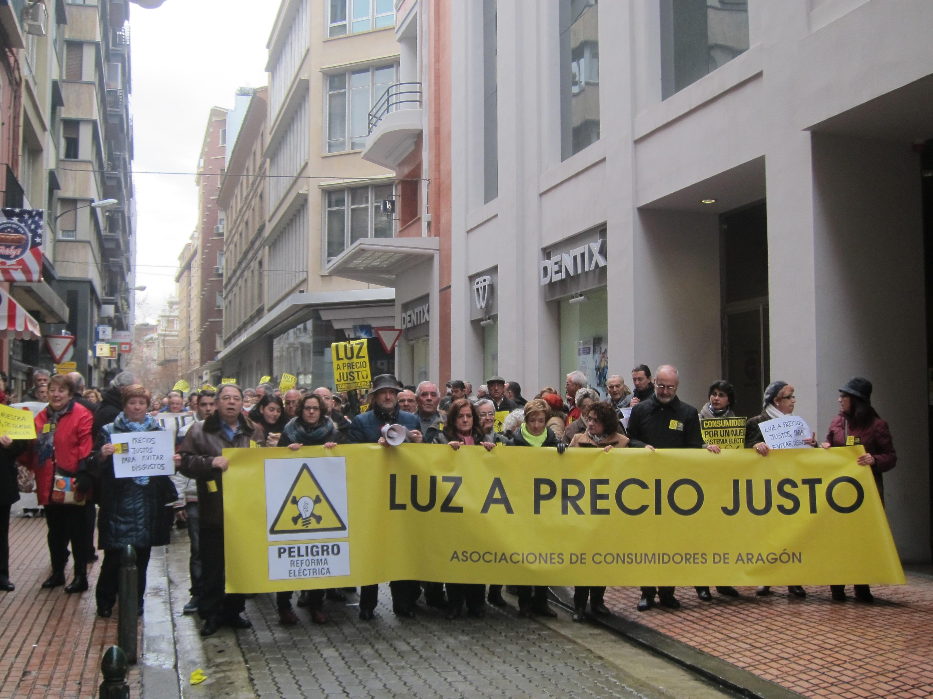 Todas las asociaciones de consumidores de Aragón se manifiestan para pedir luz a precio justo