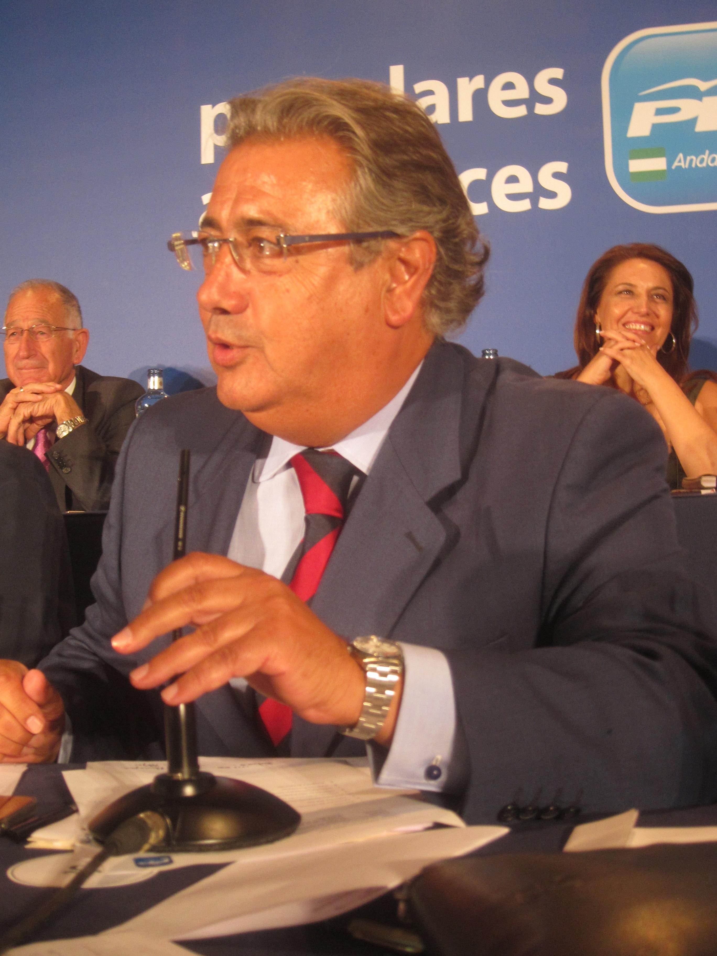 Zoido pide a Díaz que «dé la cara» y explique «qué es lo que ha pasado con los millones perdidos que llevan su firma»