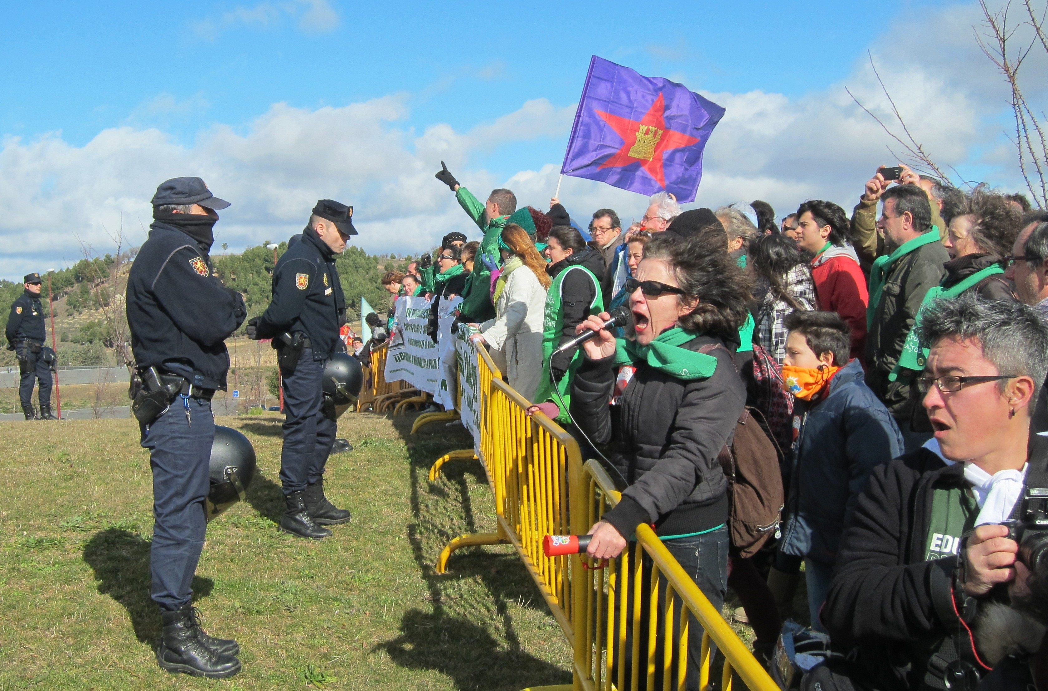 Mas de 500 personas se manifiestan en defensa de la enseñanza pública en las inmediaciones de la convención del PP