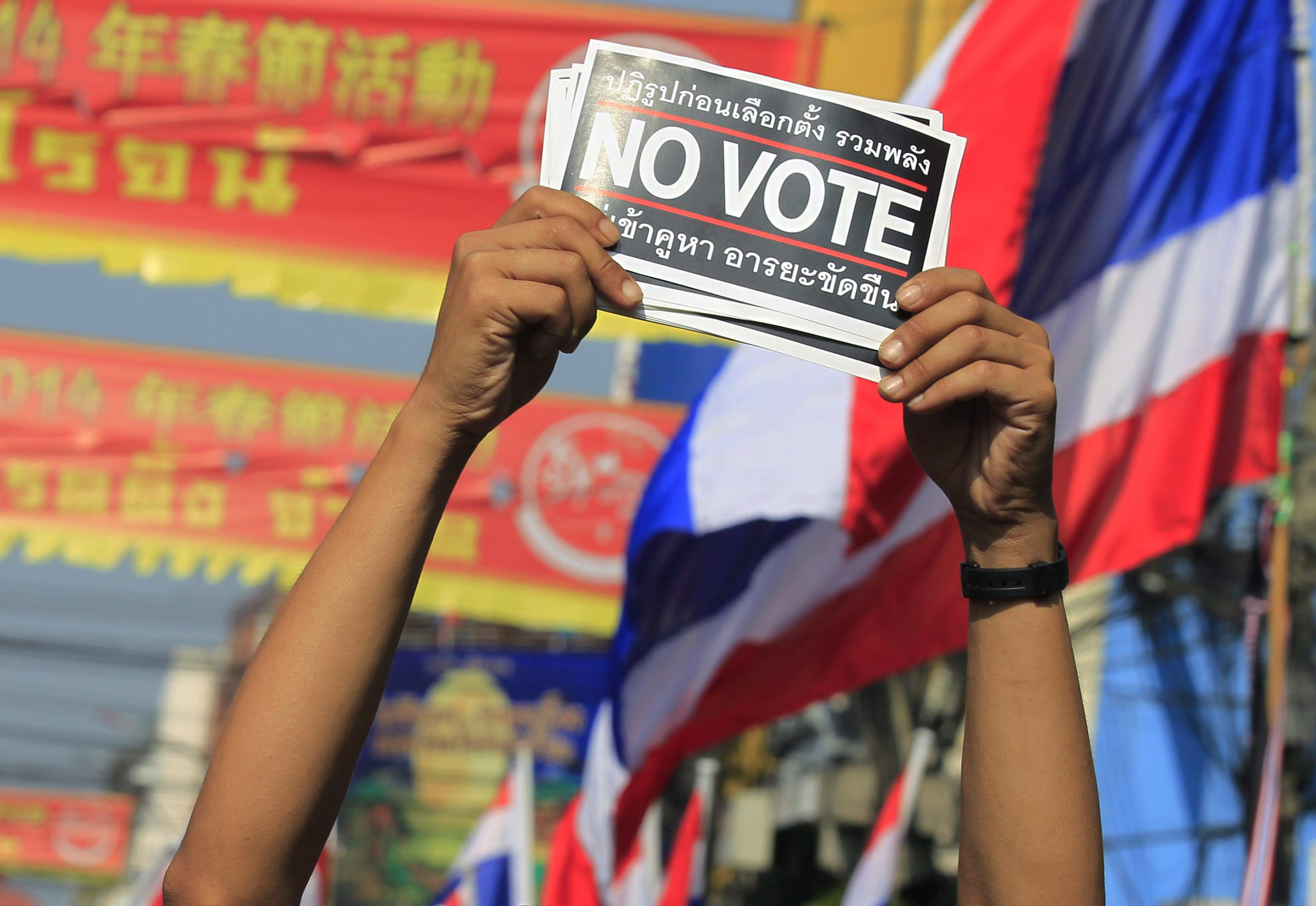 Los antigubernamentales bloquean varios colegios electorales en Bangkok