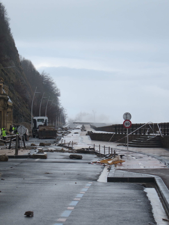 La Parte Vieja, Gros y las playas son las zonas de San Sebastián más afectadas por el temporal de olas