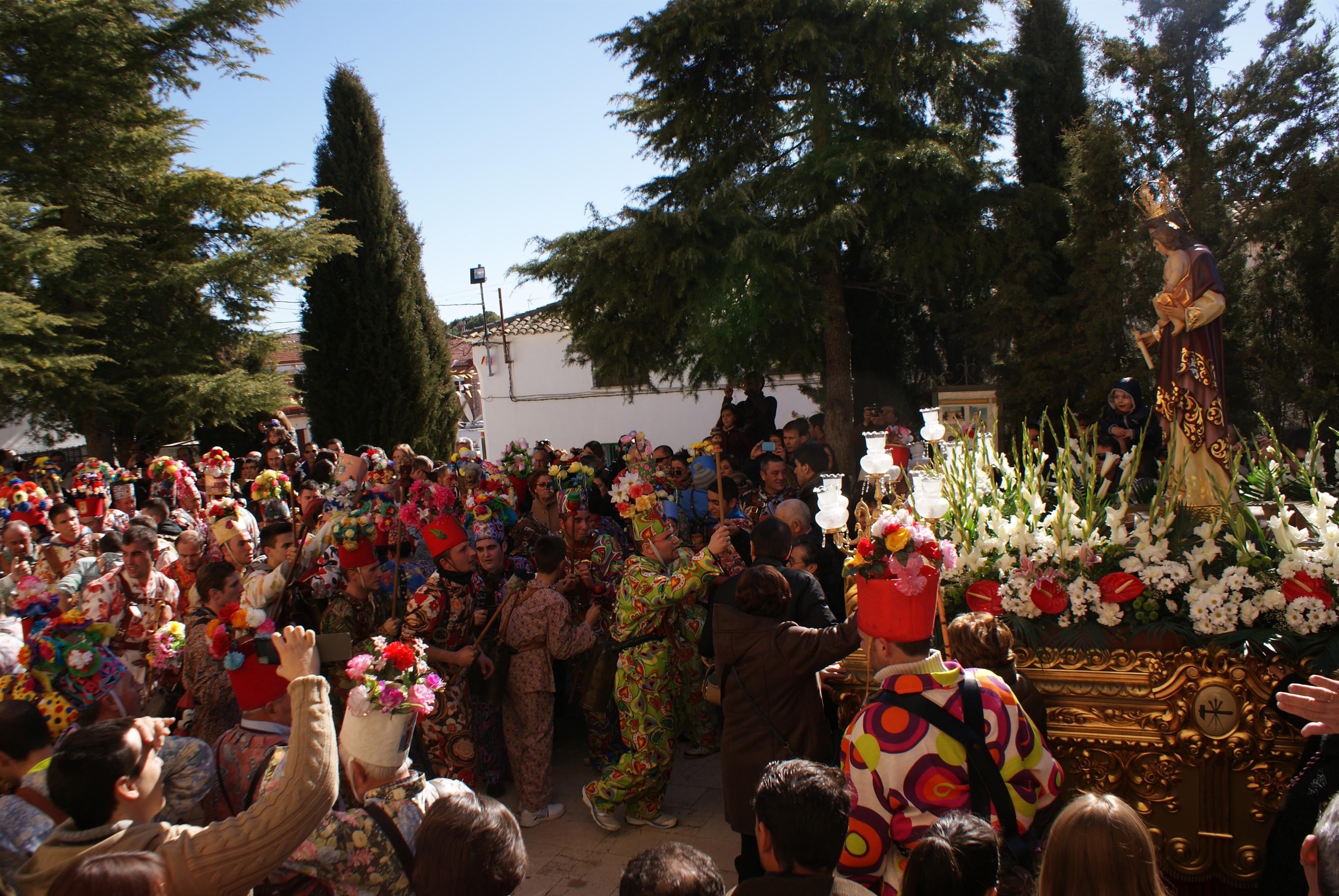Más de cien »diablos» dan color y sonido a la procesión de la Candelaria en Almonacid del Marquesado (Cuenca)