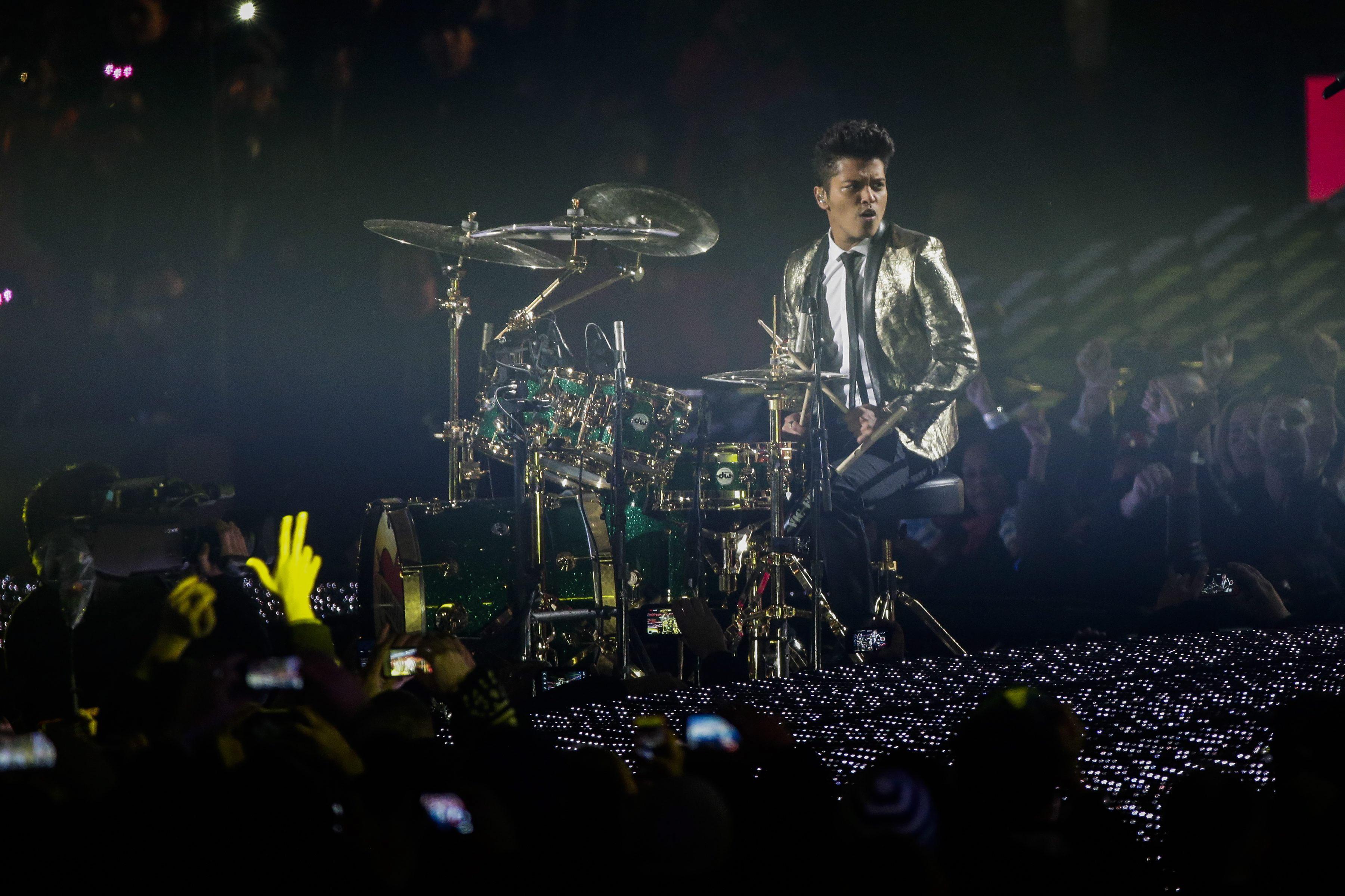 Bruno Mars calienta el Super Bowl a ritmo de soul y rock