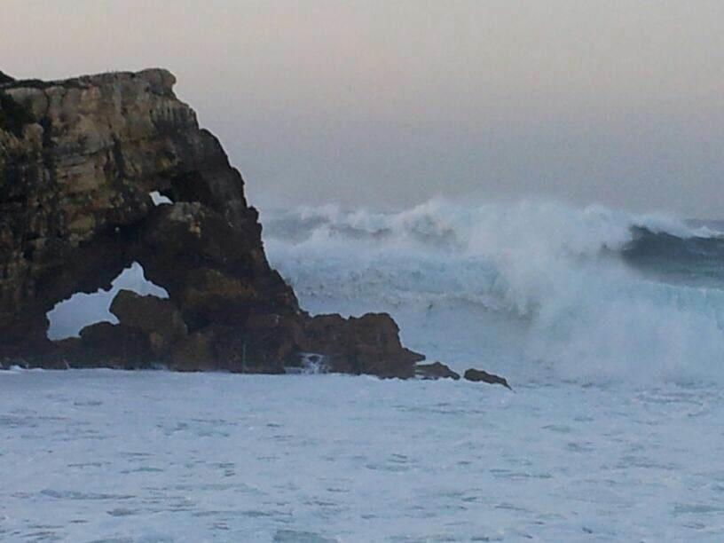 La fuerza del mar revienta el asfalto en el puerto de Cariño (A Coruña) y tira un muro de hormigón en San Cibrao (Lugo)
