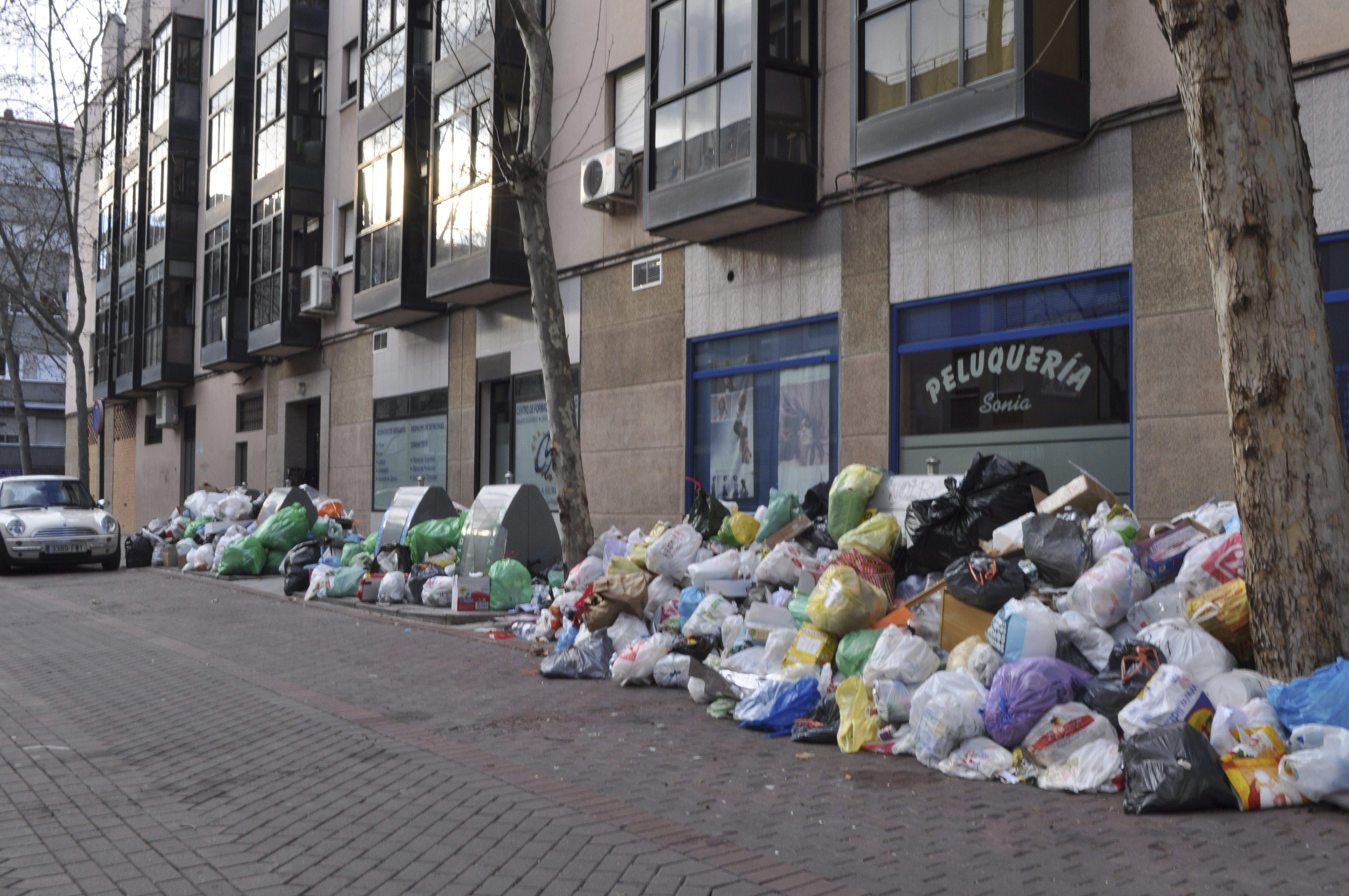 Los trabajadores de basuras de Alcorcón estudian hoy una propuesta de acuerdo