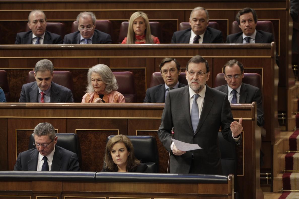 Rajoy prepara el debate con fichas, escribe anotaciones y se permite improvisar