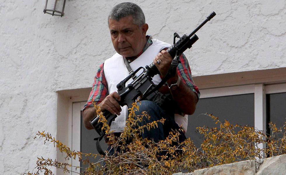 Un ex general venezolano acusado por Maduro se atrinchera armado en su casa