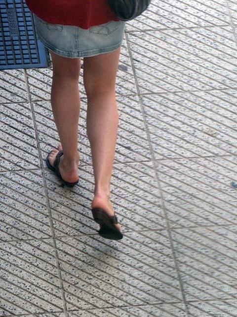 Los adultos con pies planos son más propensos a padecer dolor crónico de rodilla