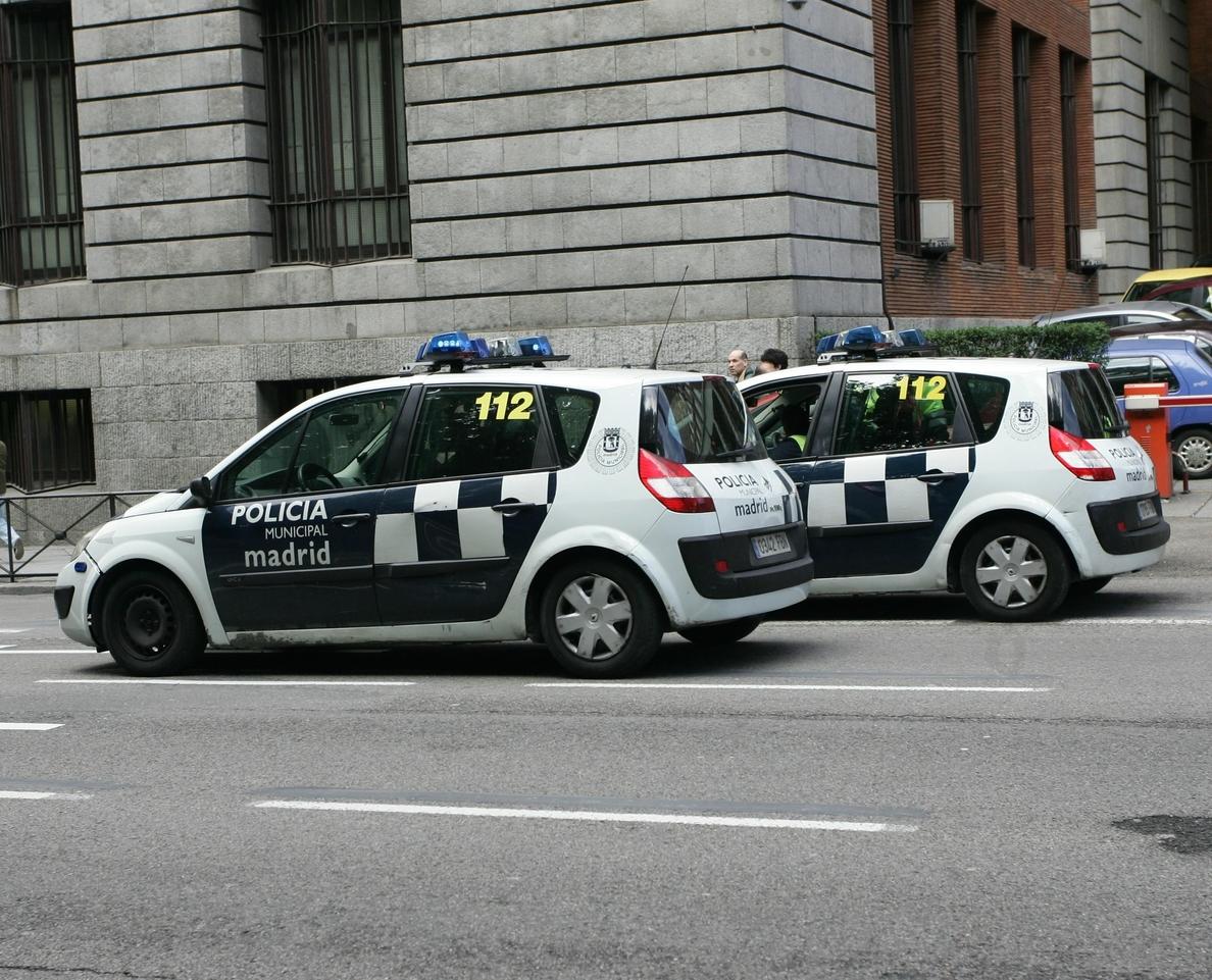 Detenidos tres jóvenes en Madrid por quemar varios coches patrulla en Vallecas