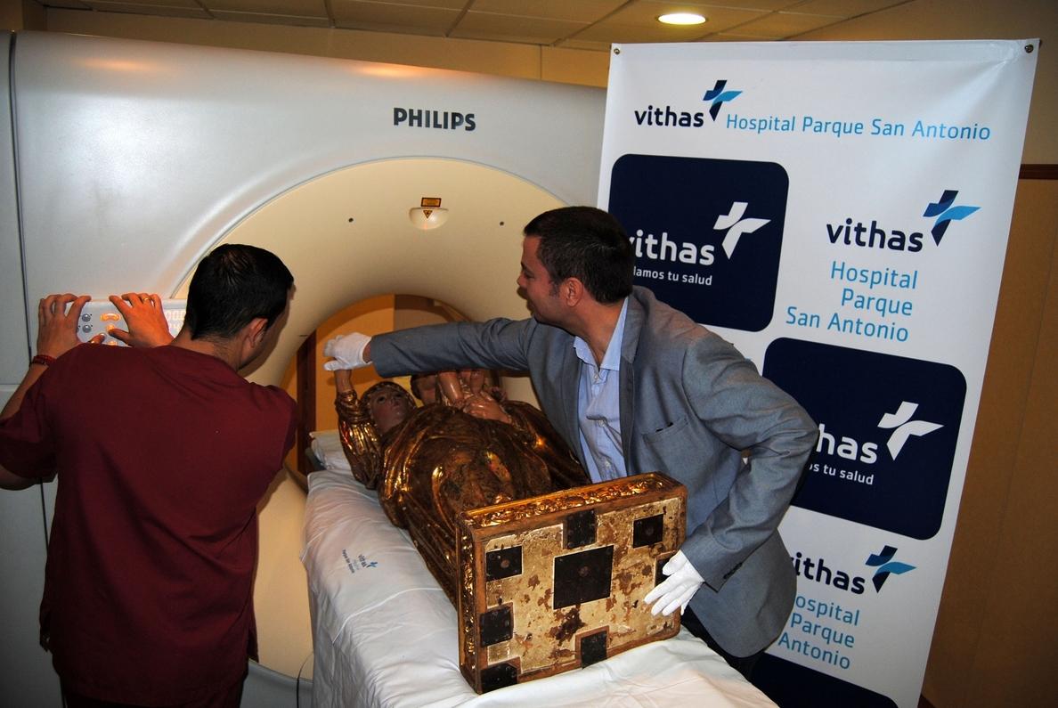 El Hospital Parque San Antonio realiza un escáner a una talla de la virgen con más de 400 años