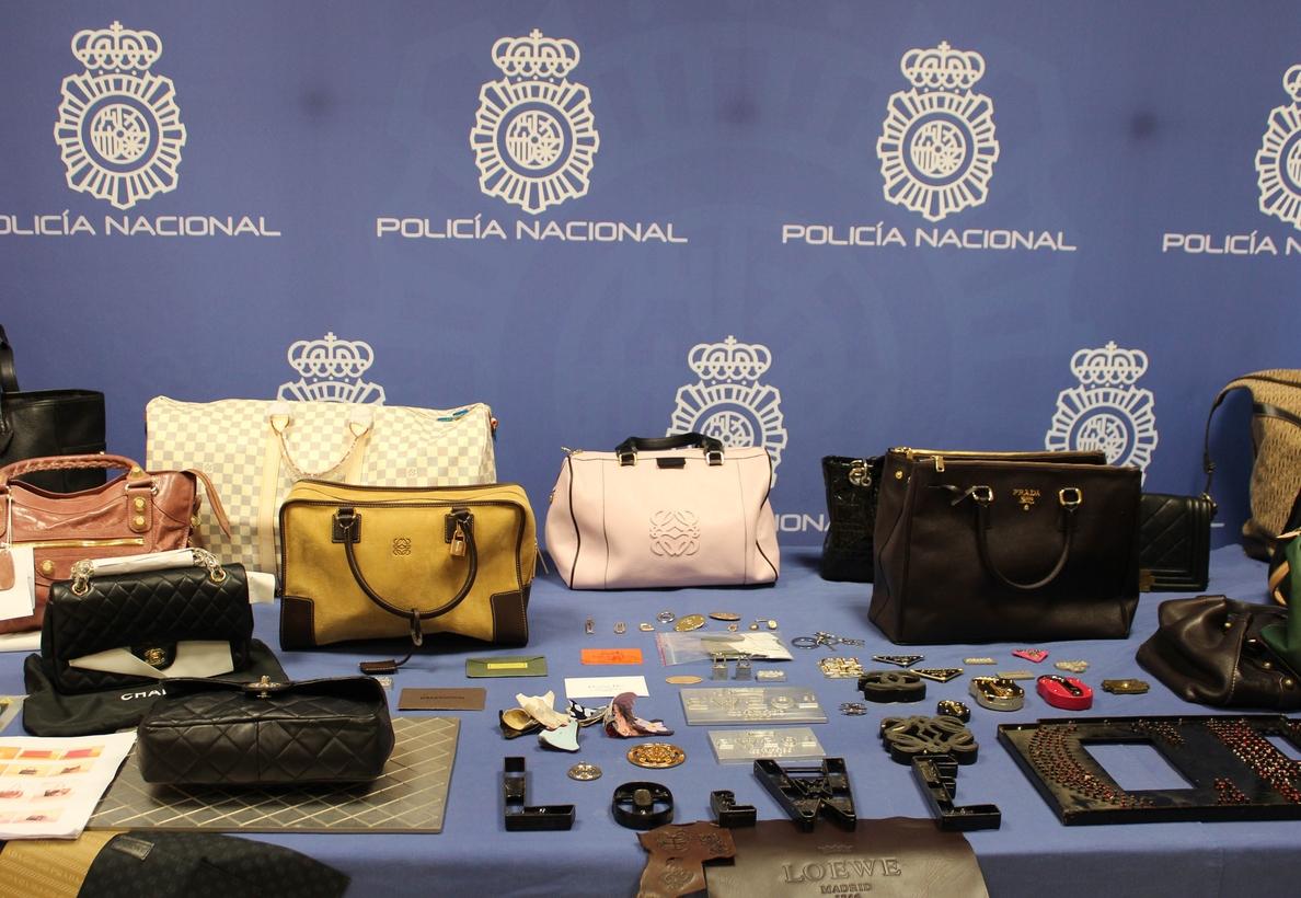 Dos detenidos al desarticular una red que fabricaba accesorios de lujo falsos para venderlos hasta por 400 euros