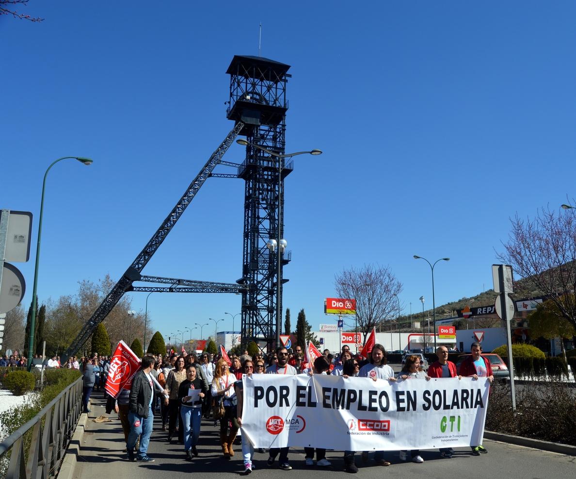 Unas 400 personas se manifiestan en Puertollano para apoyar a los trabajadores afectados por el ERE de Solaria