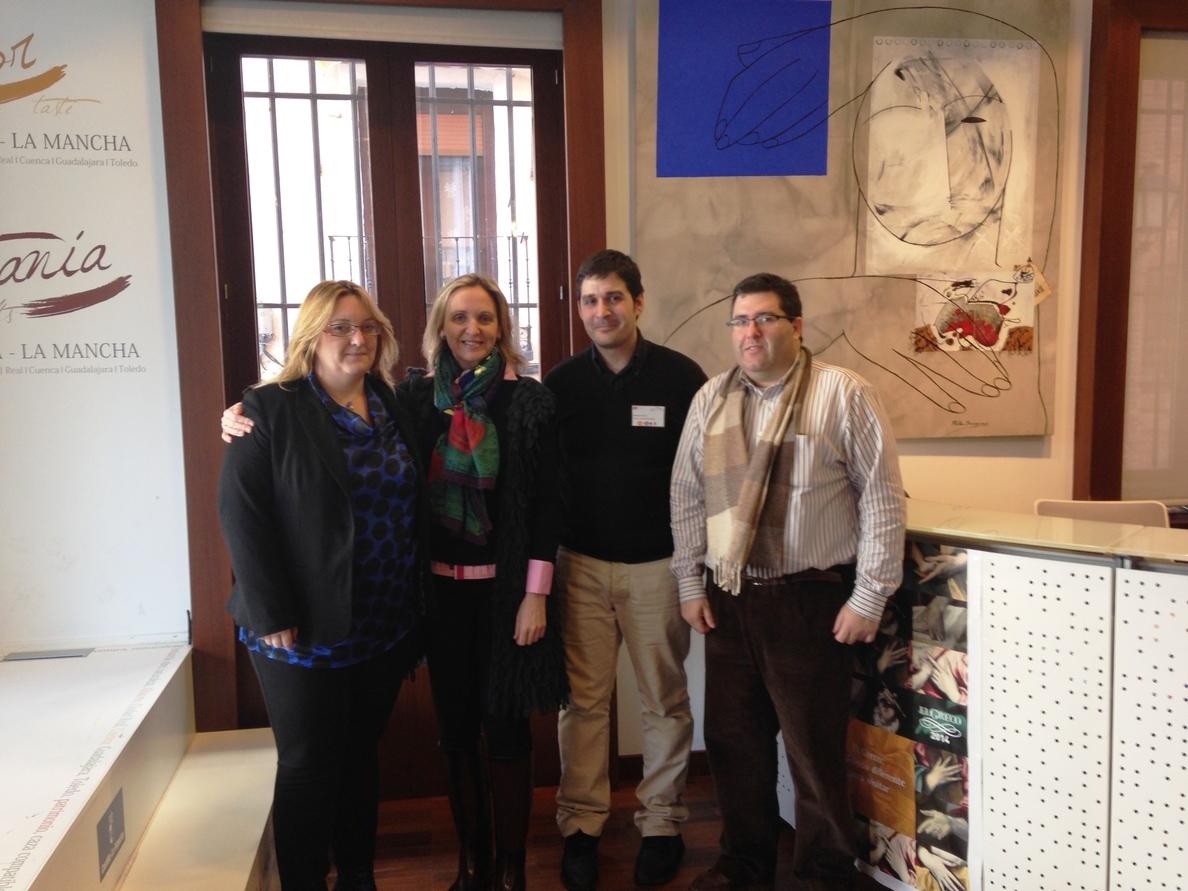 Casero visita la oficina regional de turismo en Toledo y destaca la labor de sus trabajadores para el desarrollo de C-LM