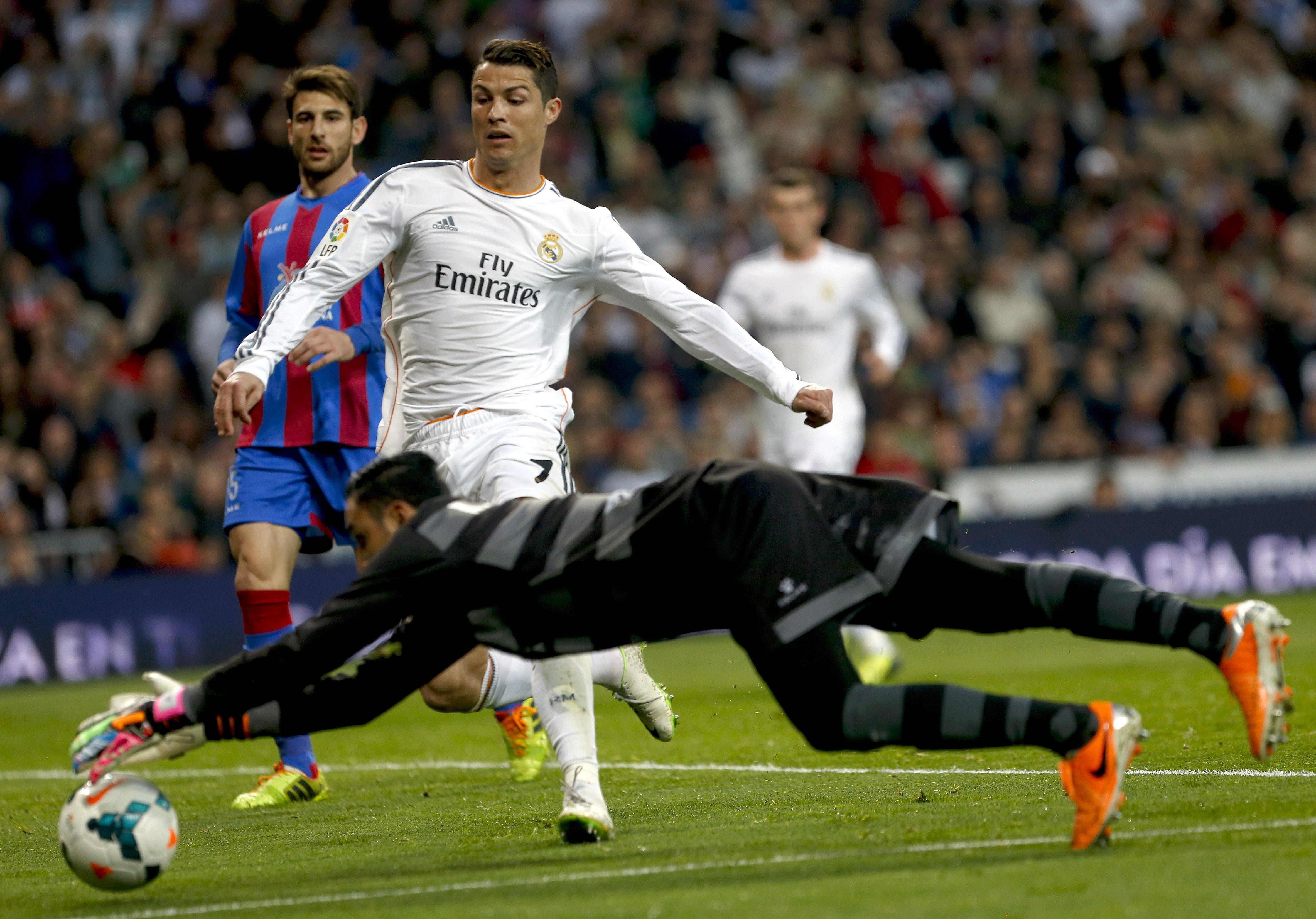 El Real Madrid golea para colocarse a cuatro del Barcelona
