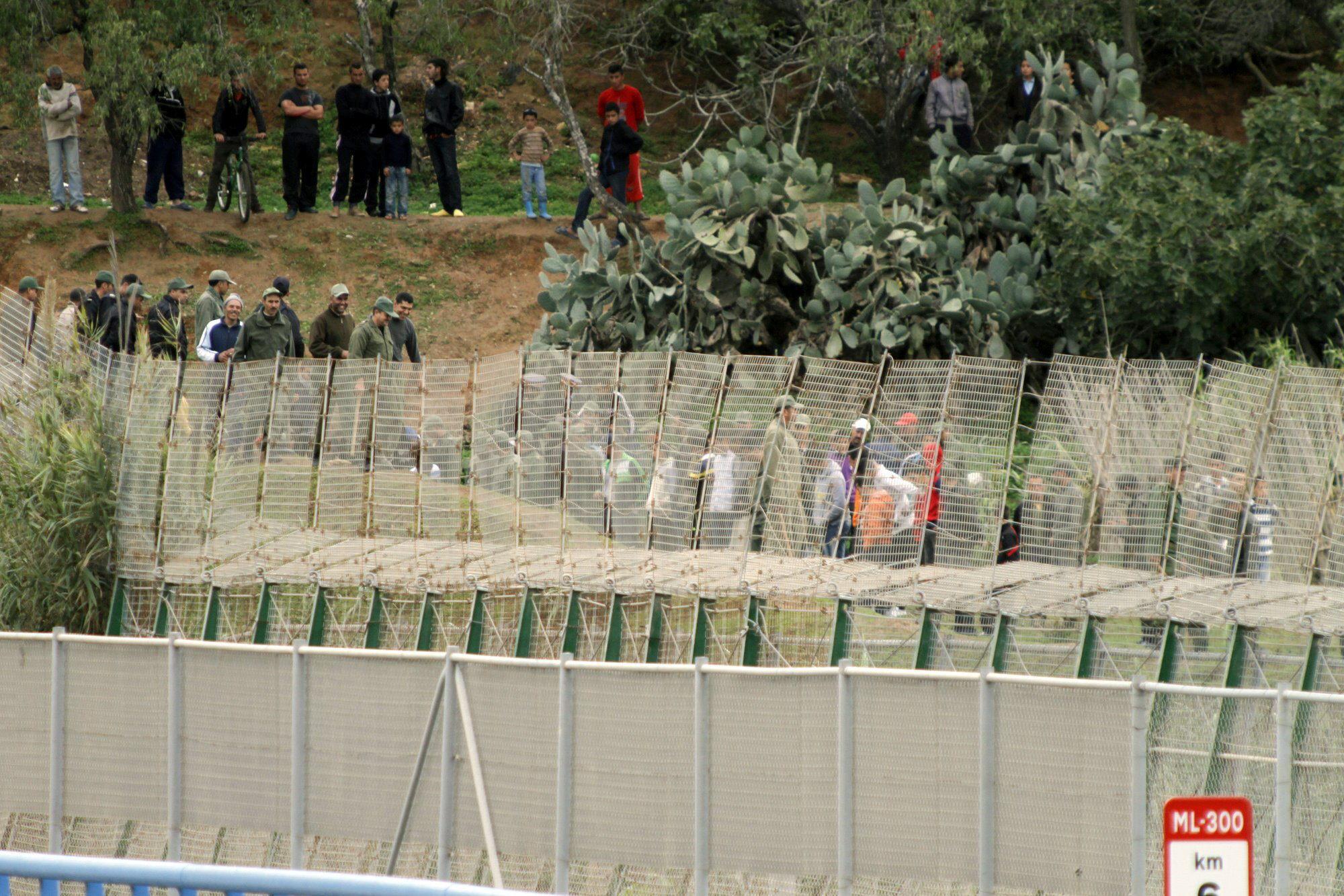 Marruecos y la Guardia Civil impiden que 700 inmigrantes salten la valla de Melilla