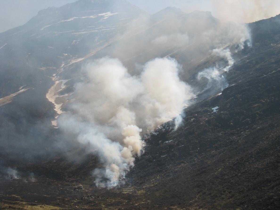 Ocho incendios activos en zonas rurales, el más importante en Saja