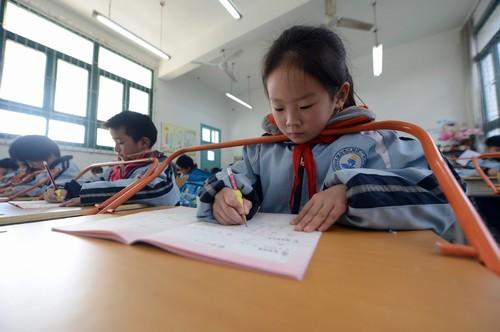 Las escuelas chinas adoptan una barra en los pupitres para prevenir la miopía