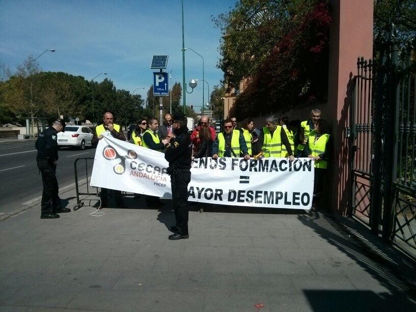 Centros de formación se concentran en San Telmo y presentarán un contencioso para que la Junta reintegre las deudas