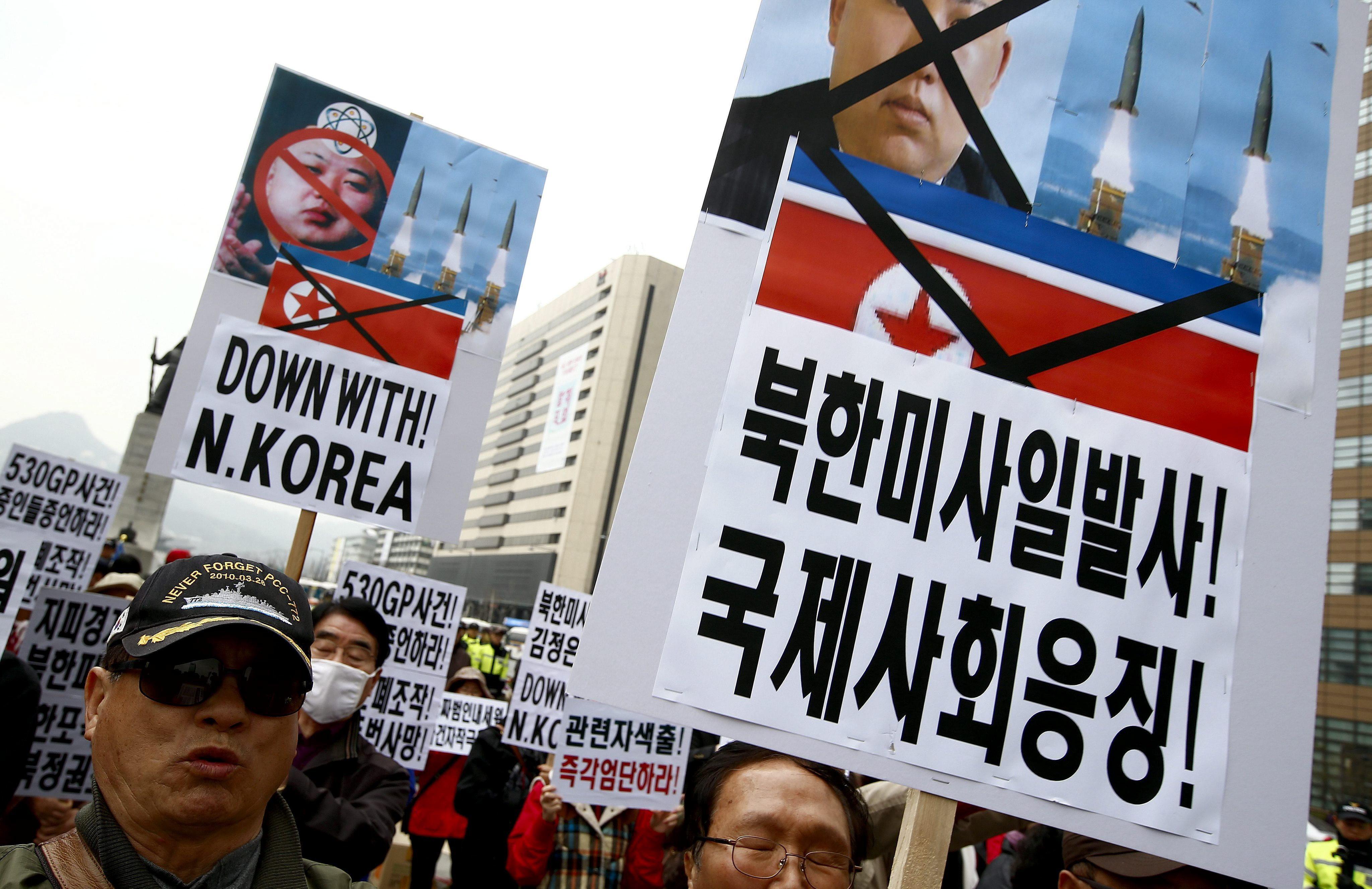 Disidentes norcoreanos lanzan panfletos para recordar el ataque al Cheonan