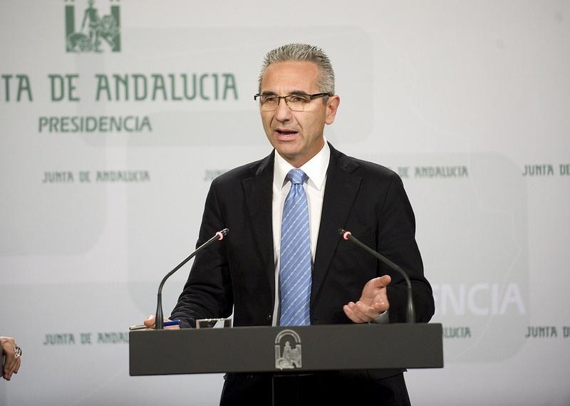 Junta andaluza reprocha a Moreno la «tardanza» en hacer pública su renta y le anima a presentar también la de su mujer