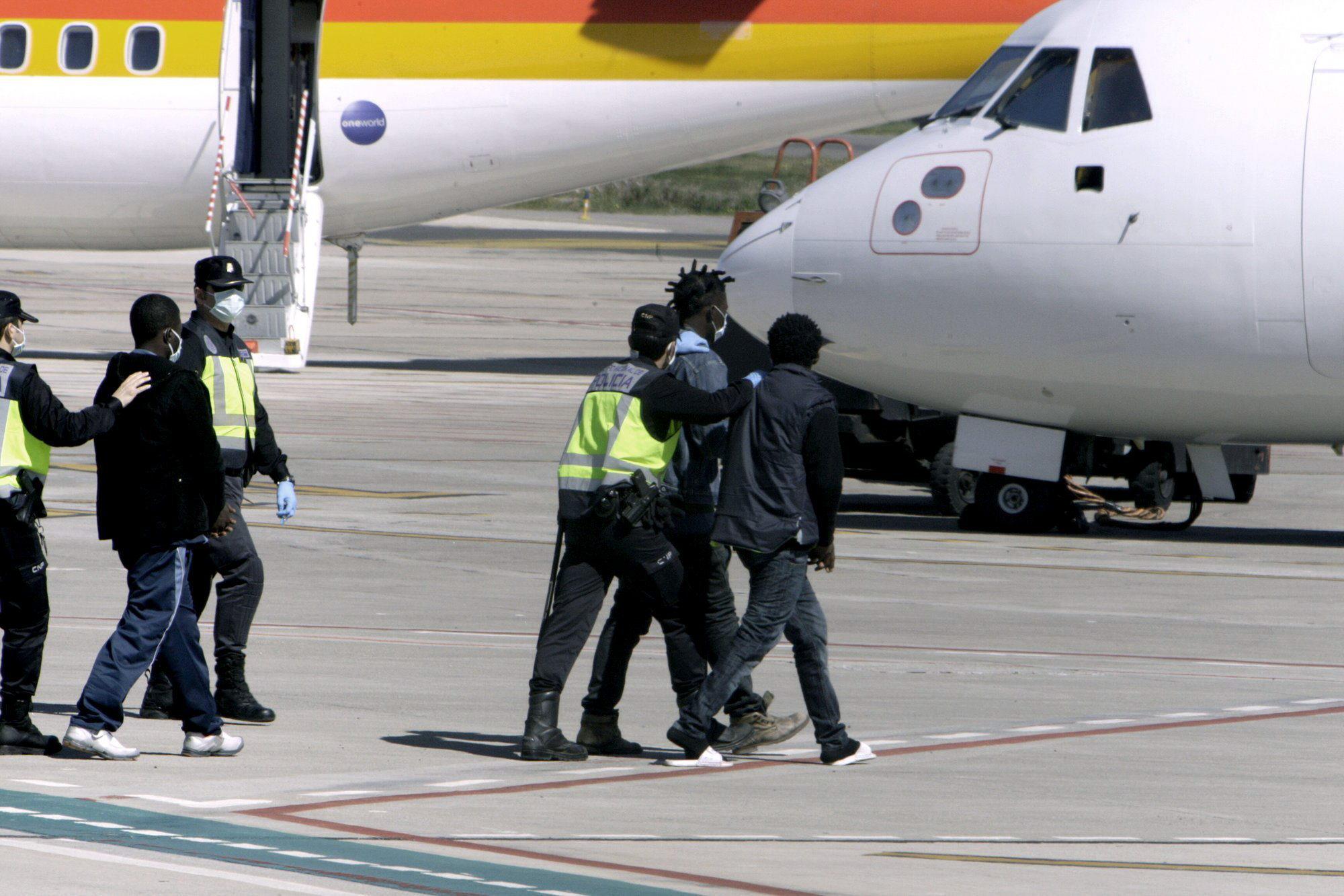Trasladar a los inmigrantes que han pedido asilo desatascaría los CETI