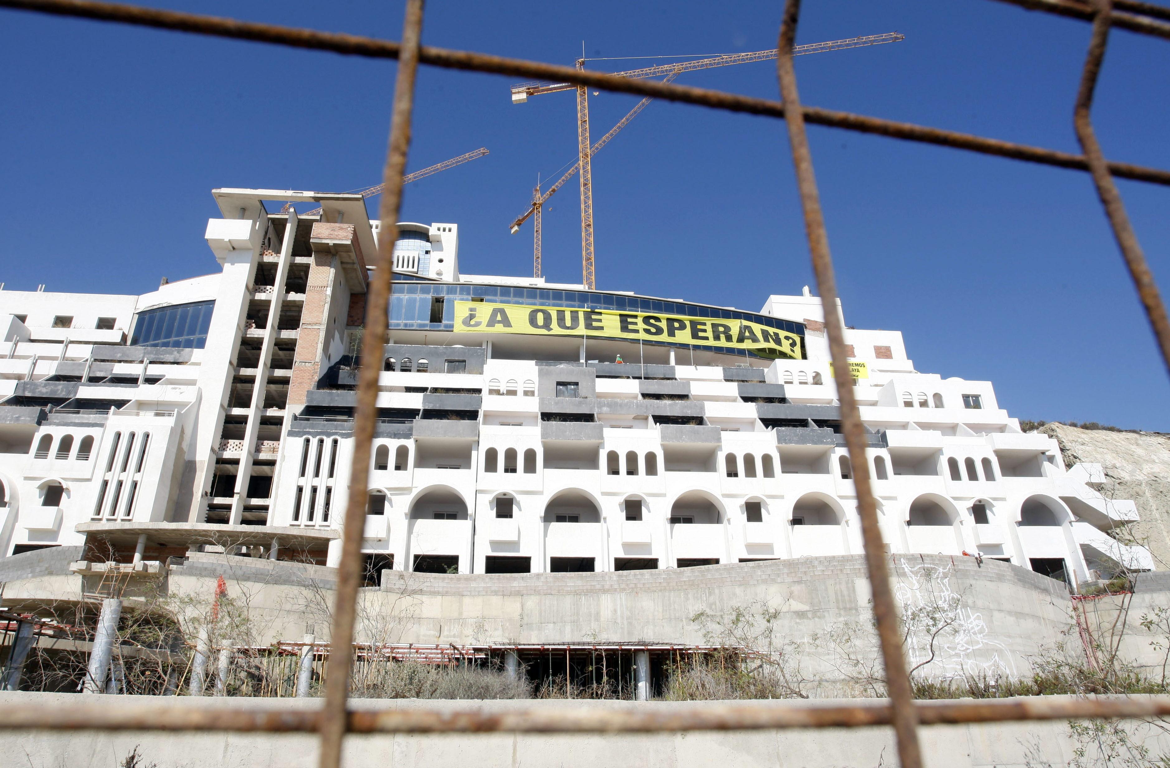 El TSJA declara urbanizable el suelo donde se levantó el hotel El Algarrobico