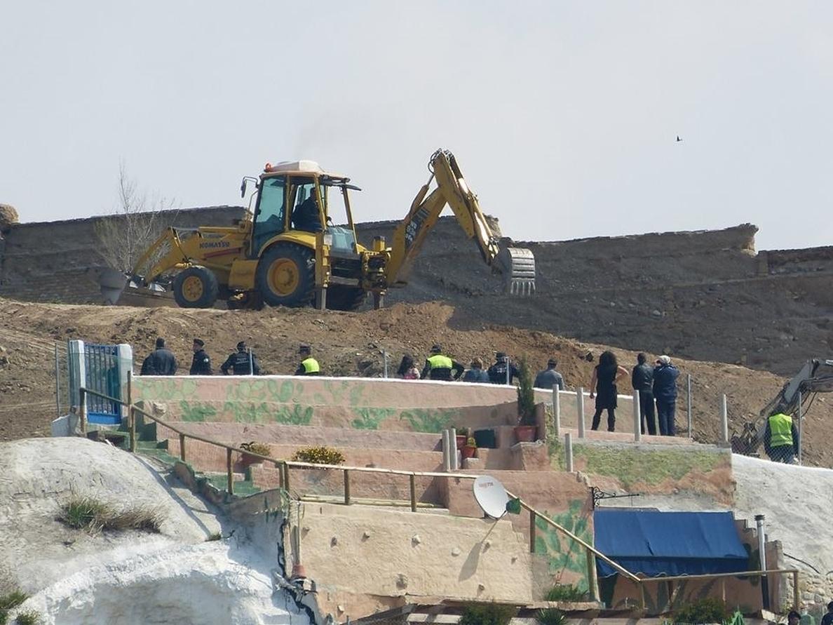 Los desalojados reabren las cuevas de San Miguel para volver a habitarlas con ayuda de amigos y vecinos