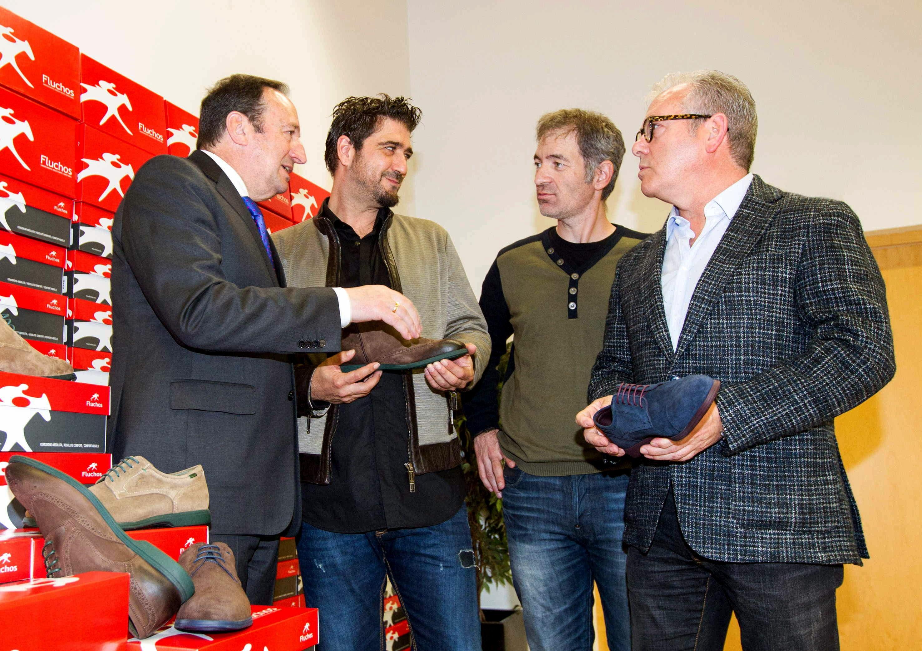 Antonio Orozco recauda fondos por la venta de calzado para un proyecto social