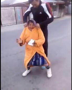 Un grupo de jóvenes hace girar a una anciana por los aires en un vídeo