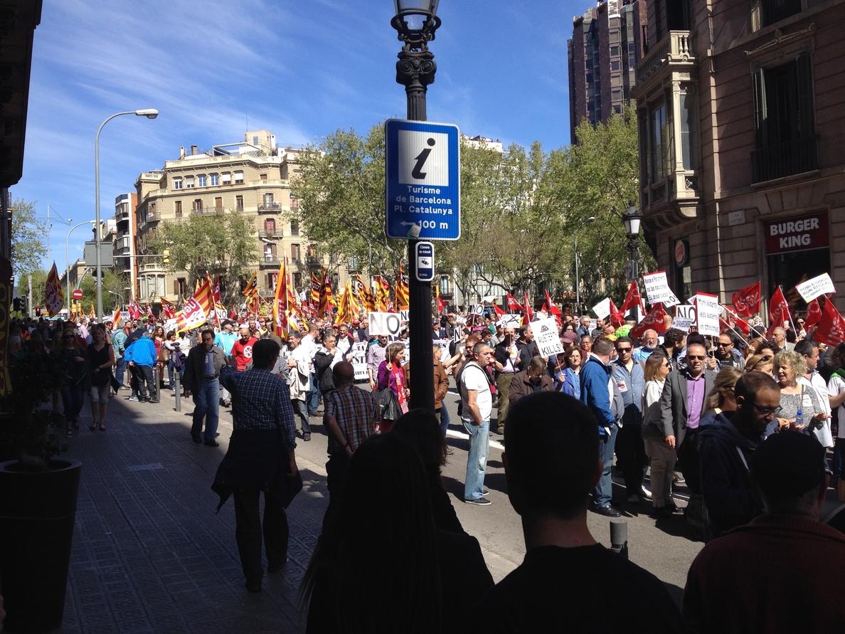 Sindicatos, partidos y ciudadanos marchan en Barcelona por una «Catalunya social»