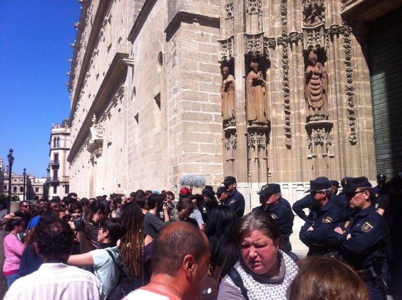 Las familias desalojadas de la Corrala Utopía en Sevilla se encierran en la Catedral y piden soluciones