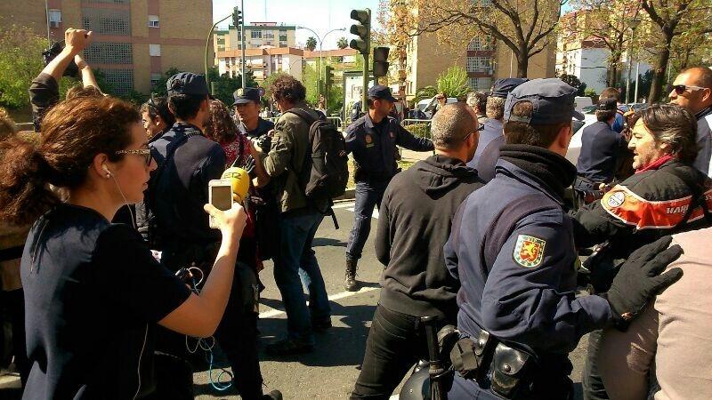 Las familias de la Corrala Utopía salen de las viviendas ocupadas entre momentos de tensión con la Policía