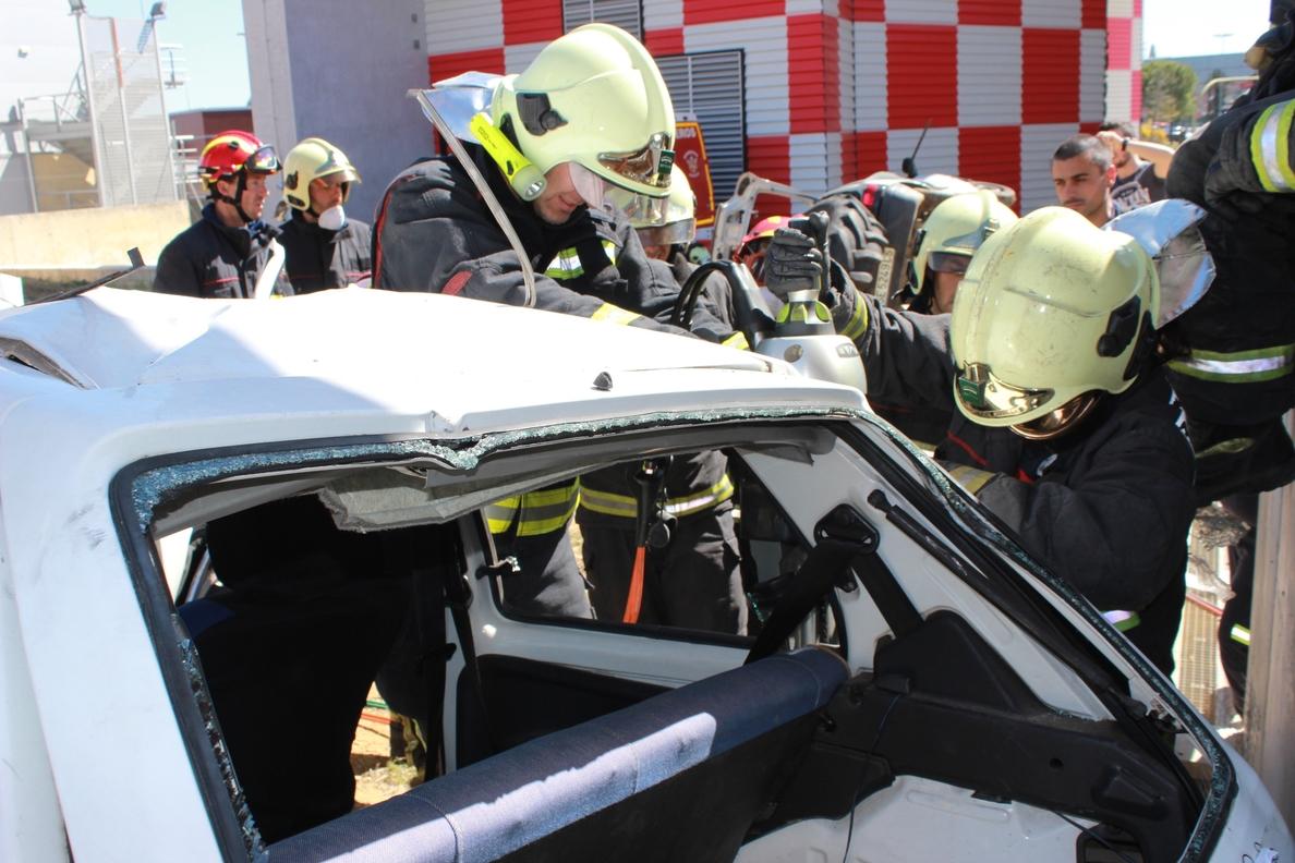 Bomberos de Alcalá de Guadaíra practican el rescate en vehículo accidentado