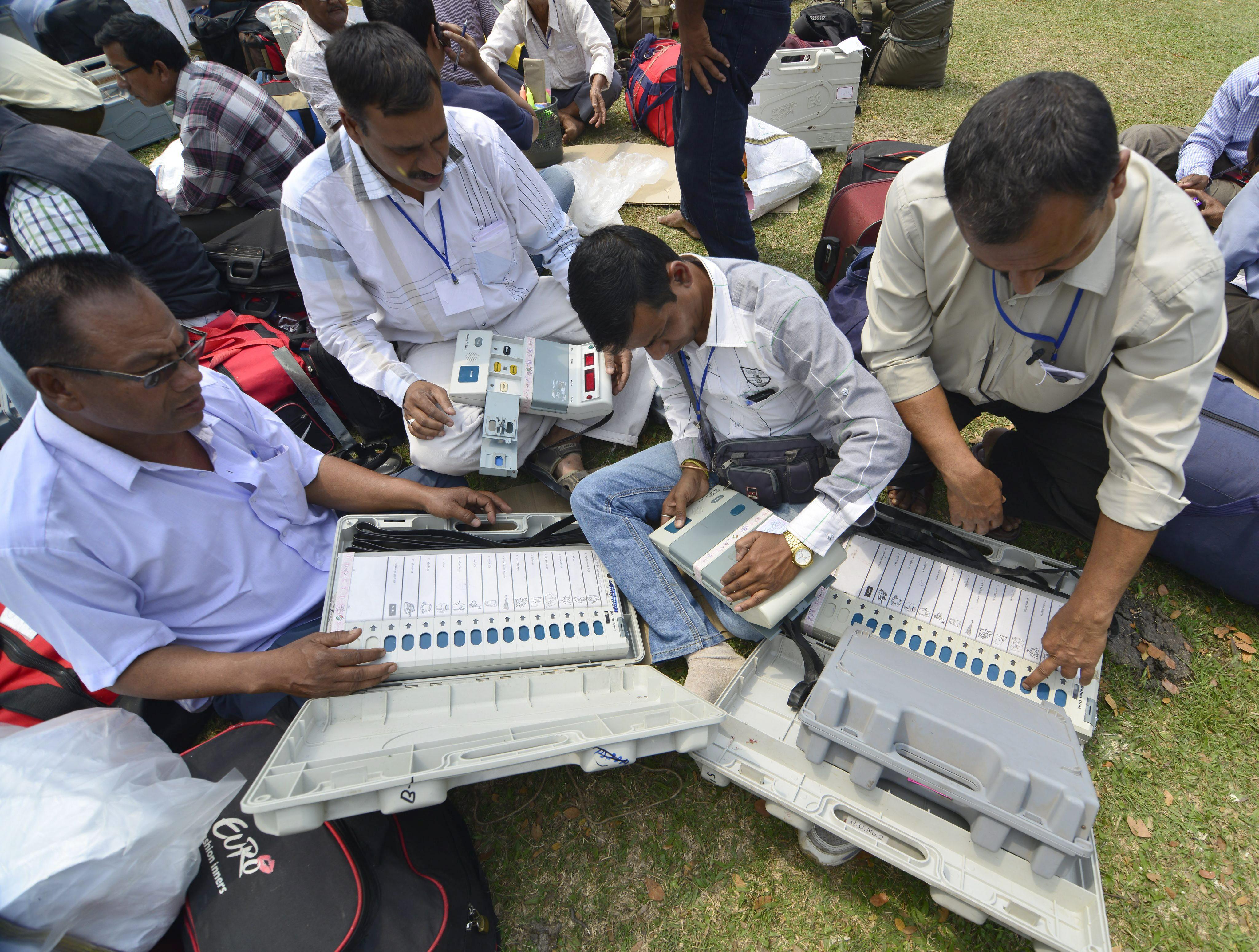 Abren los colegios electorales en India en unas elecciones históricas