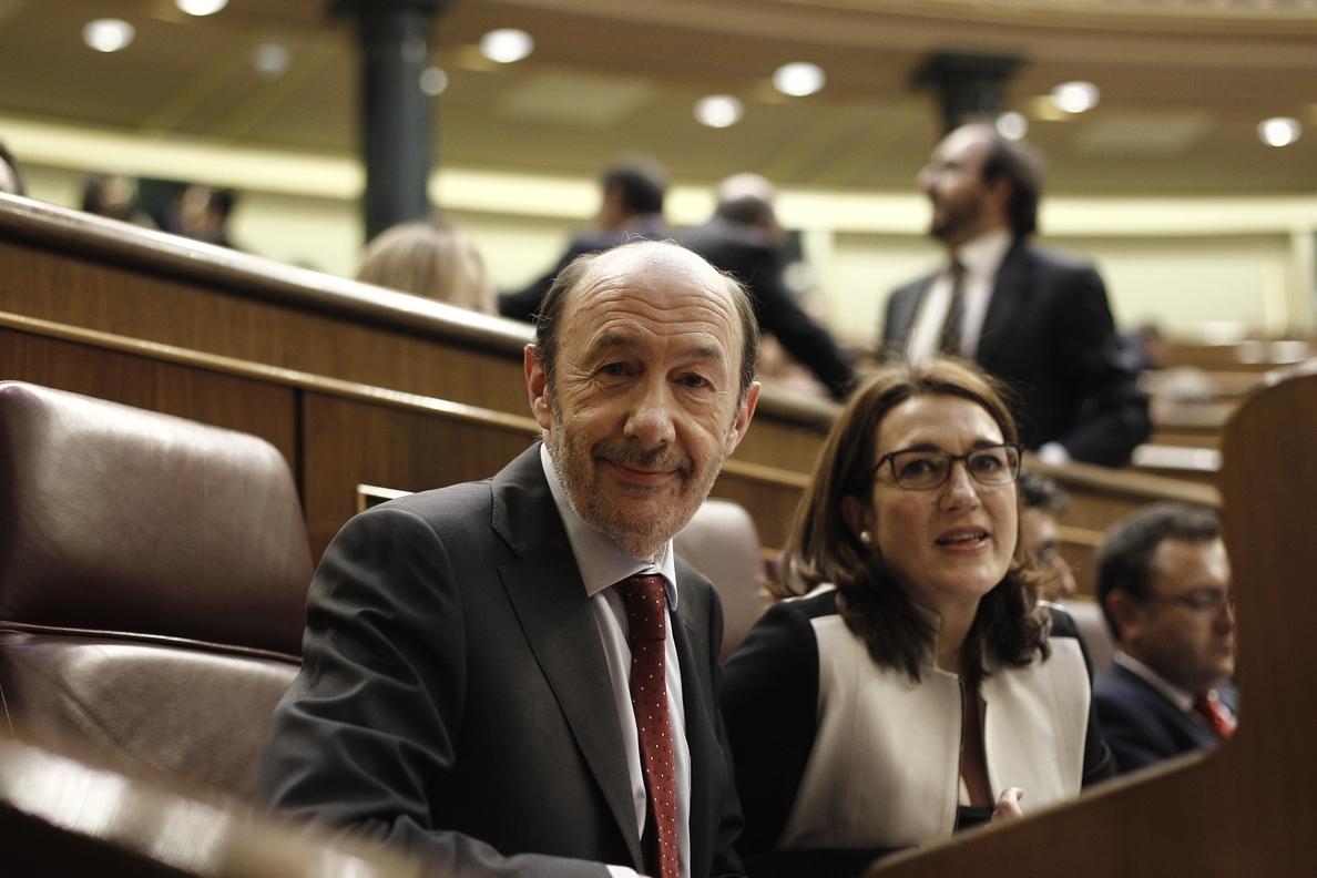Rubalcaba y Rosa Díez quieren que Rajoy responda mañana ante el Congreso por las críticas de Montoro a Cáritas