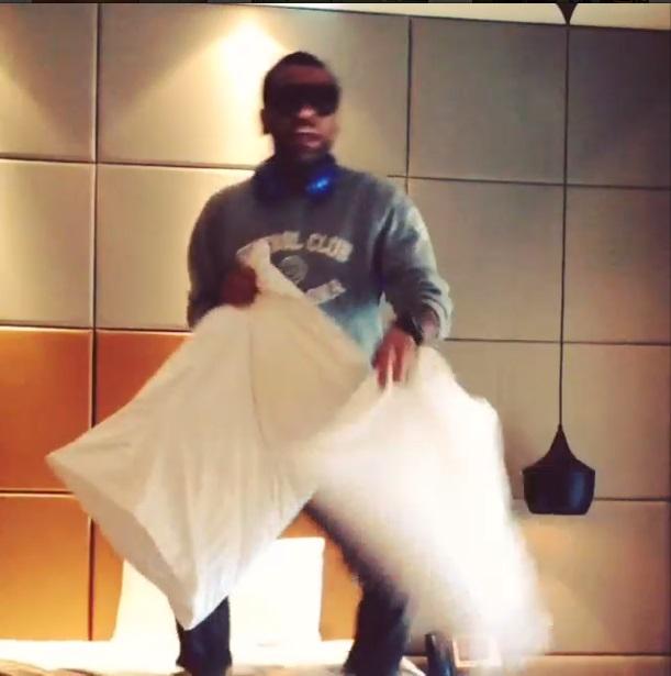 Dani Alves se pone a saltar en la cama de su habitación de hotel