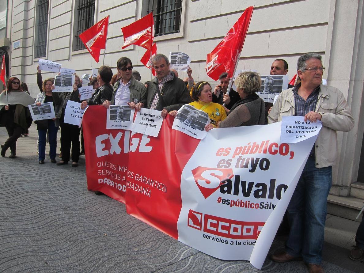 Unos 50 trabajadores judiciales protestan por el «alejamiento» de la Justicia civil del ciudadano