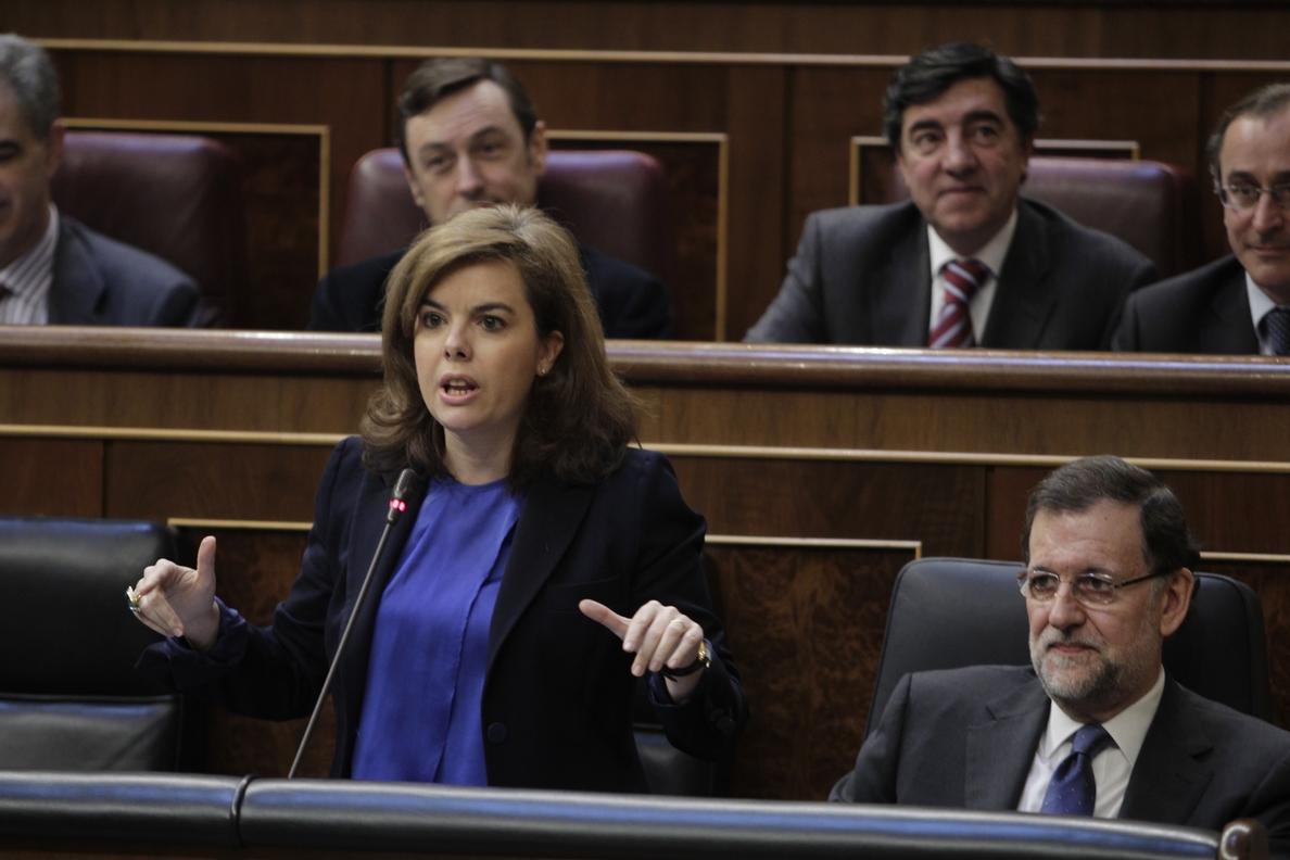 (Amp) Sáenz de Santamaría acusa al PSOE de «hacer la oposición a los españoles» por negar la recuperación