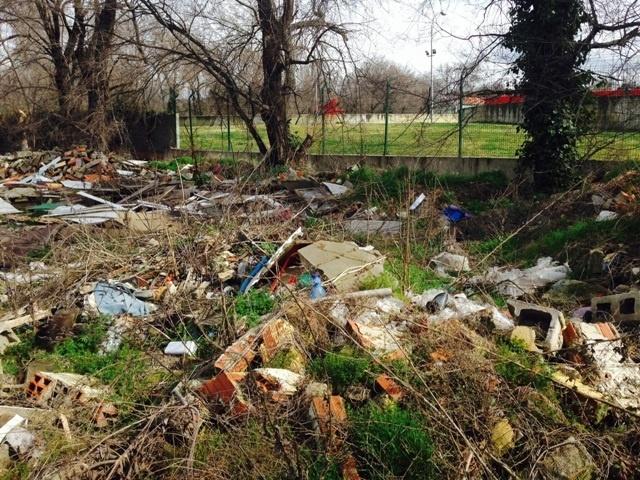 IU denuncia que un tramo del Manzanares se ha convertido en un «vertedero» por acumulación de basuras y escombros