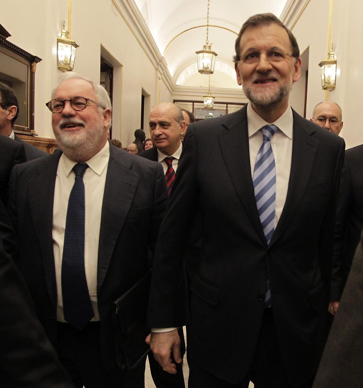 Rajoy une filas: los diputados del PP aplauden en el Congreso a Cañete