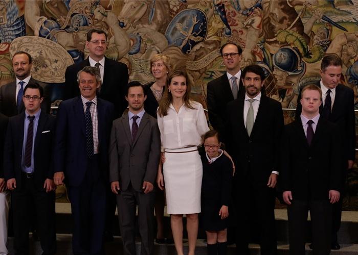 La Princesa Letizia cumple con su agenda institucional con el estilismo «total white»