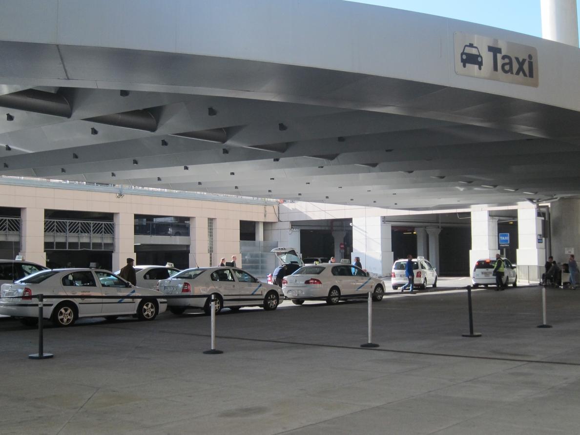 Taxistas de la capital deciden este miércoles si fijan nuevas movilizaciones ante el conflicto en el aeropuerto