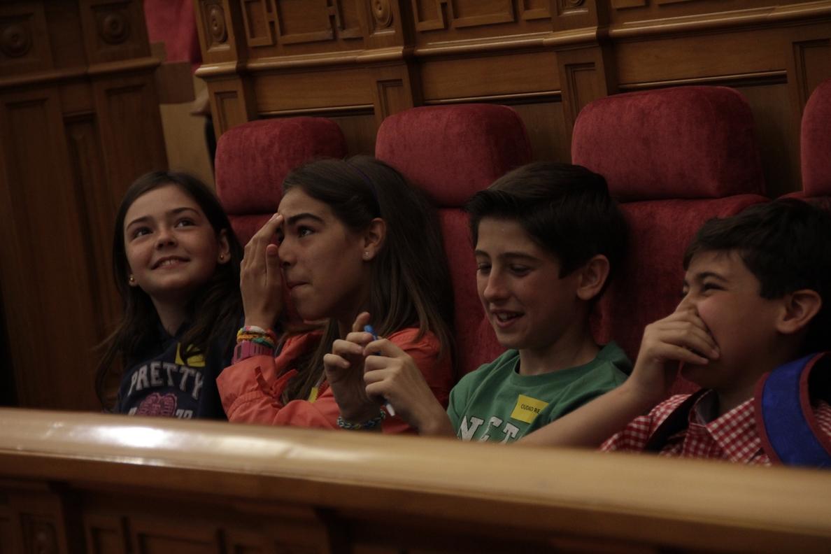 El pleno infantil de las Cortes de C-LM aprueba «el compromiso de ayudar a la familia y estar siempre unidos»