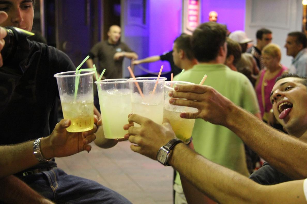 Asocian las borracheras con las referencias a marcas de alcohol en la música