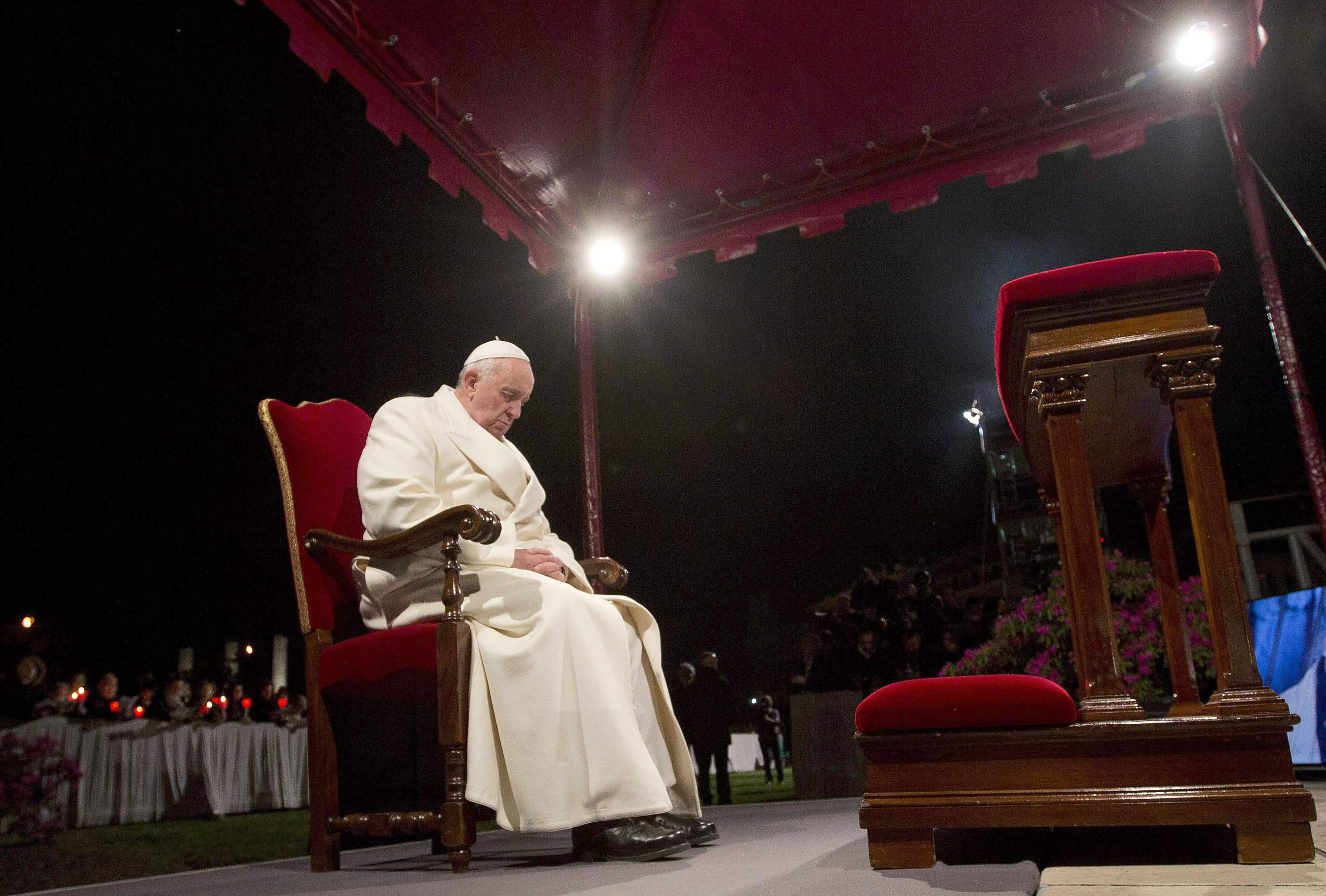 El limosnero pontificio reparte sobres con dinero entre los mendigos de Roma