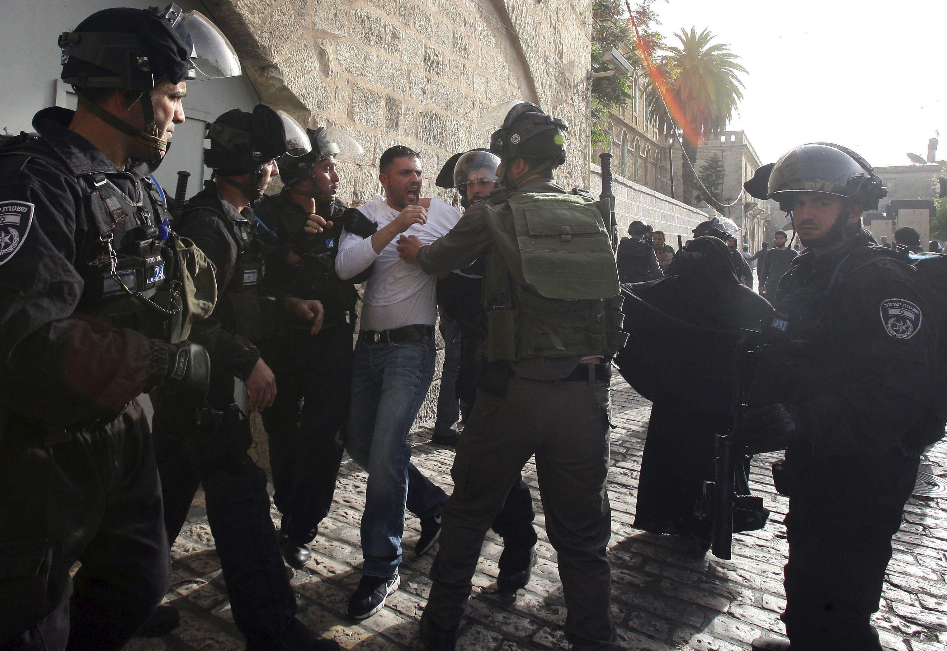24 Palestinos detenidos y dos agentes israelíes heridos en Explanada Mezquitas