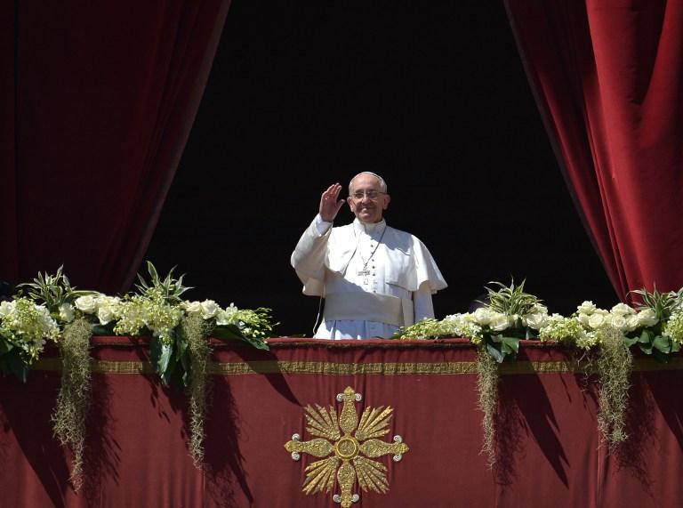 Francisco pronuncia en italiano la felicitación pascual y bendice a los fieles