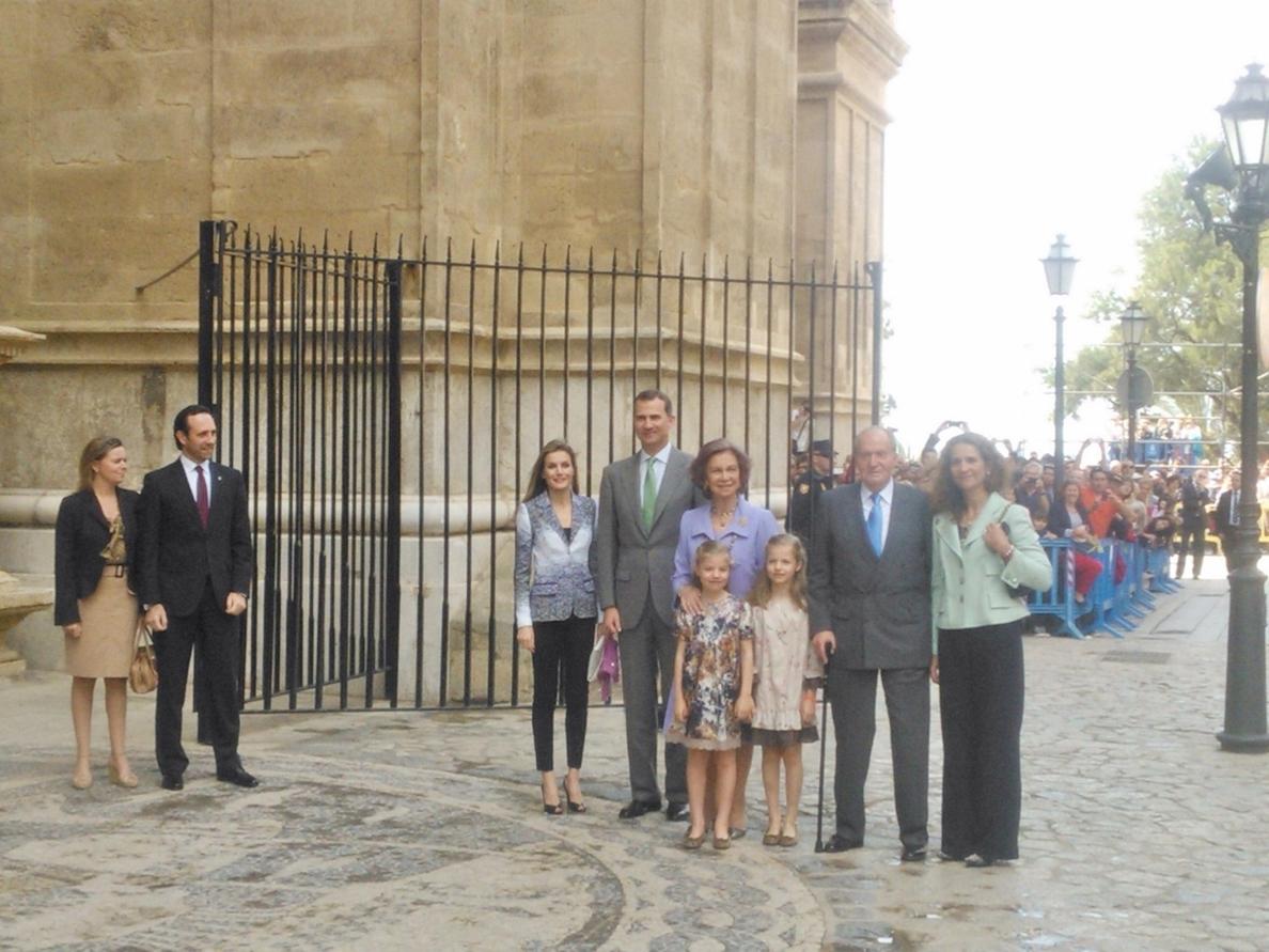 Unas 500 personas reciben a los Reyes, los Príncipes, sus hijas y a la Infanta Elena entre aplausos en Palma