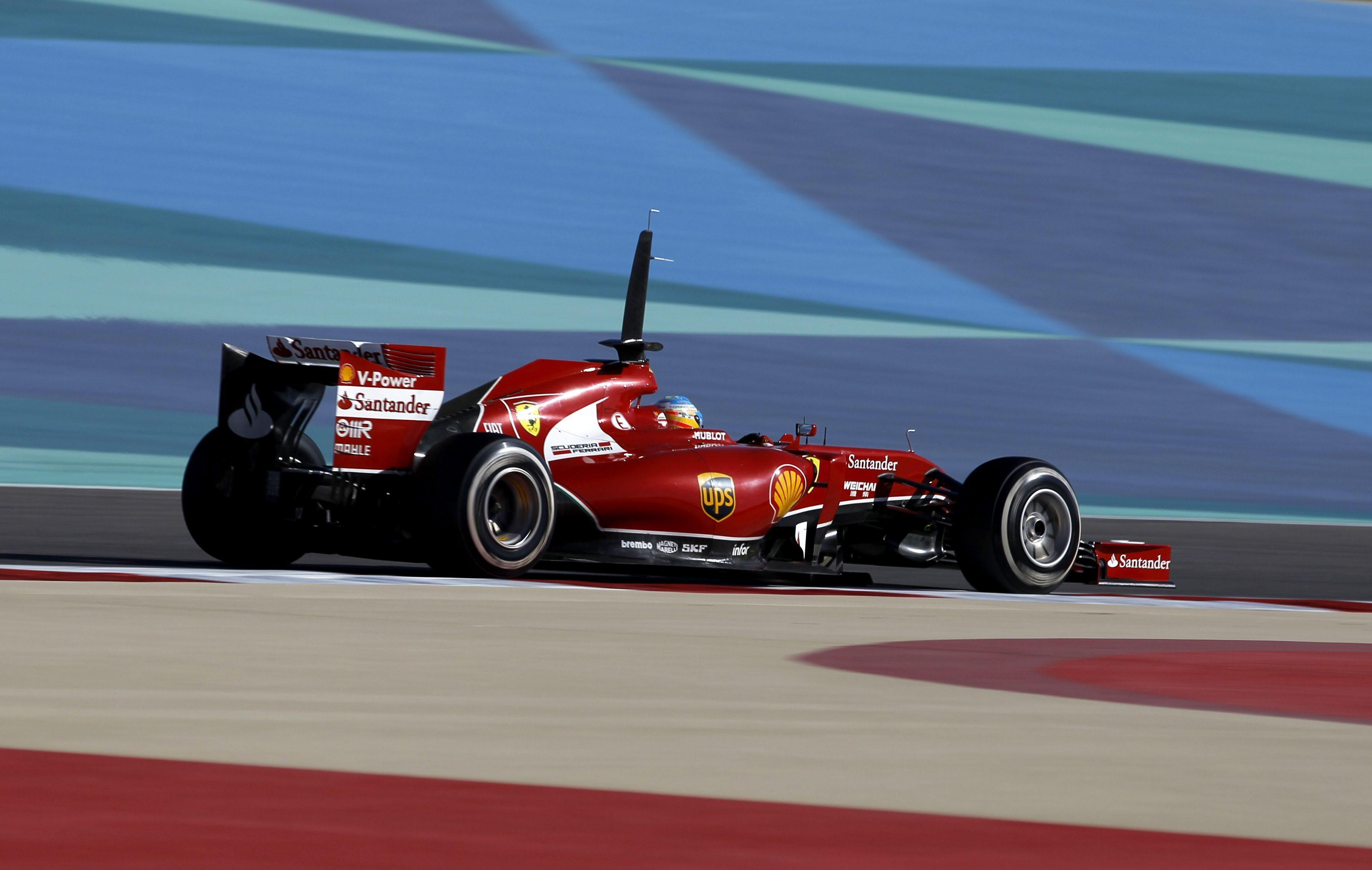Alonso logra su primer podio del año y es el único que se atreve a pelear con Mercedes